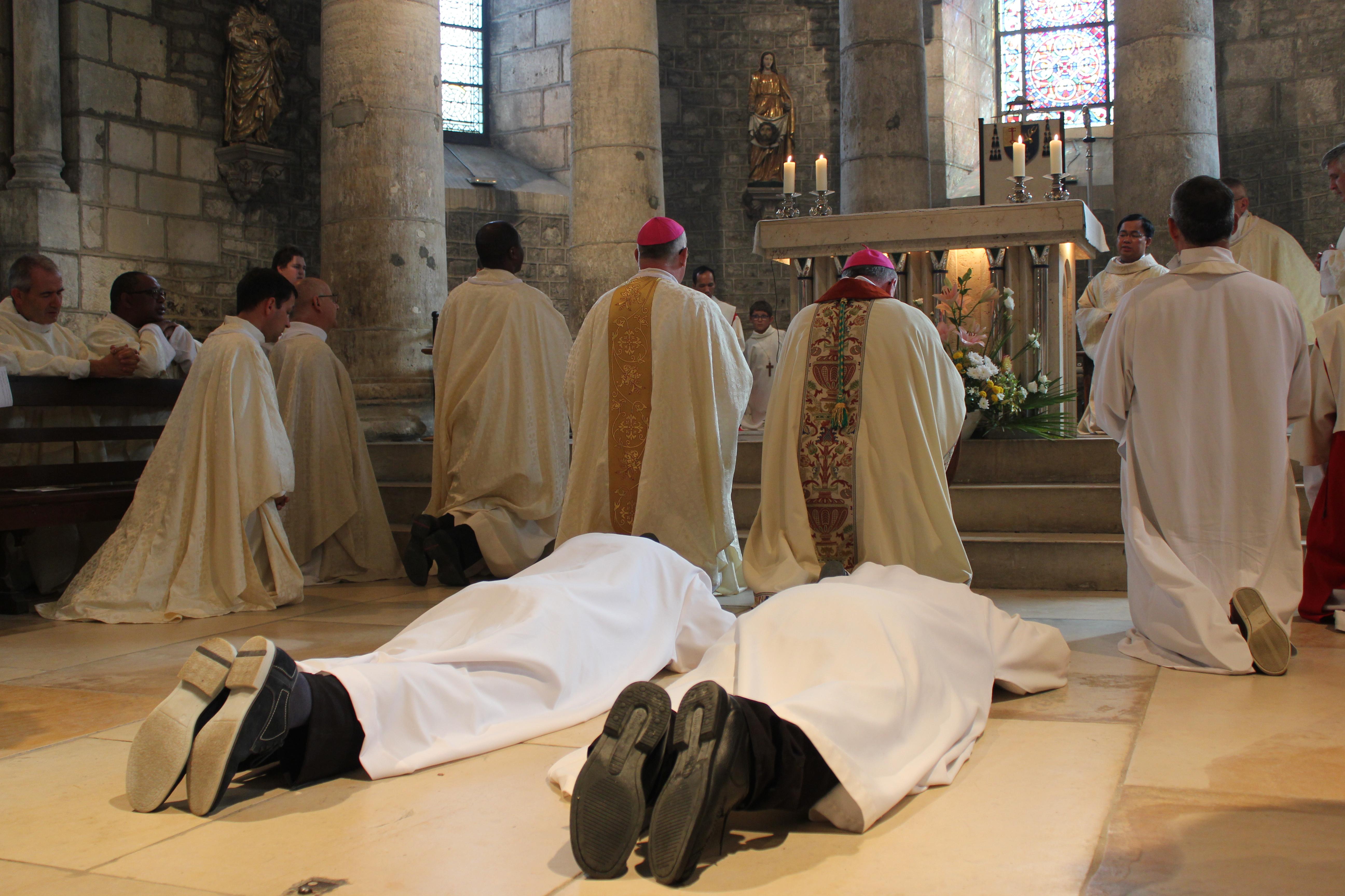 Ordinations diaconales des frères Sébastien et Denis - prostration