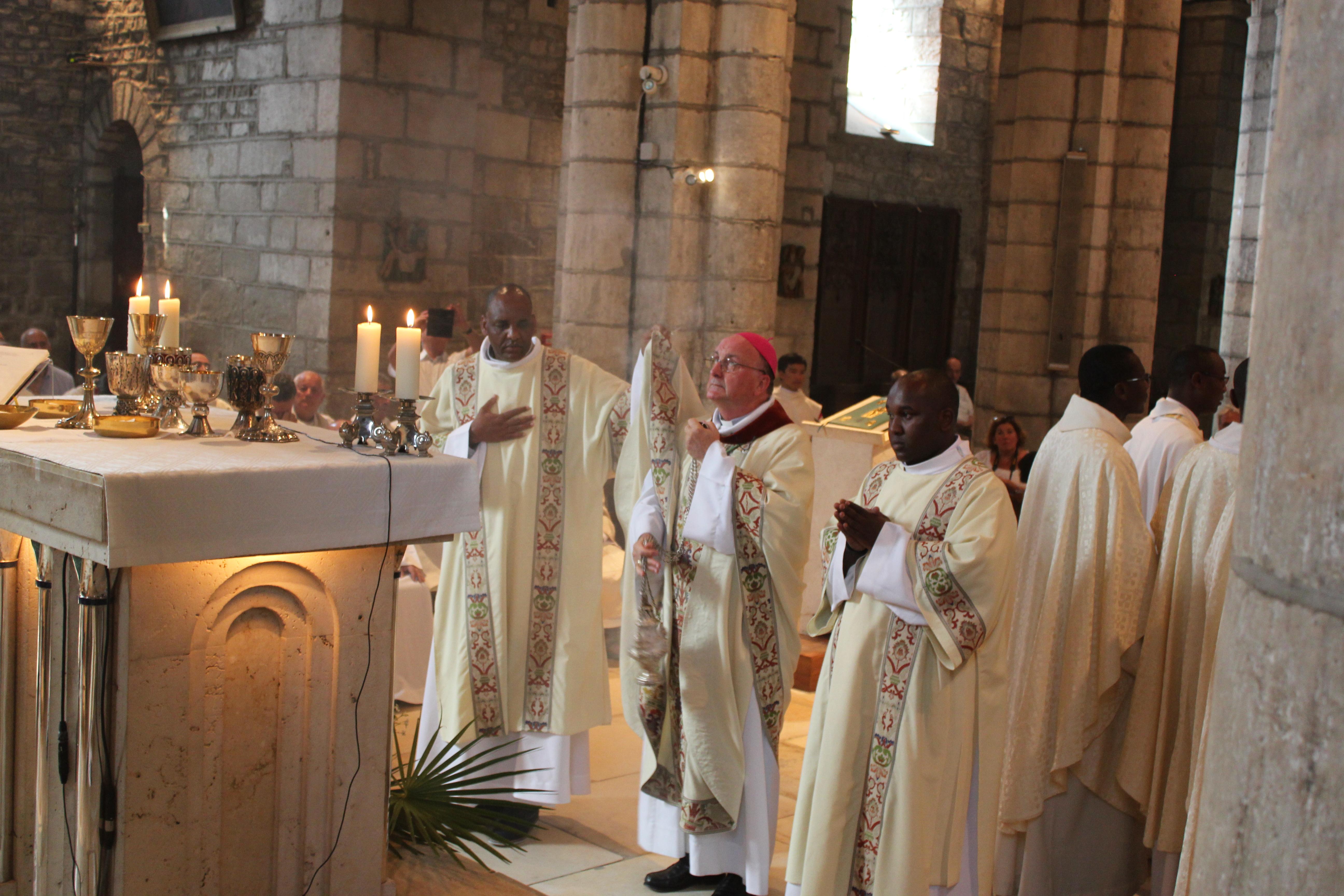 Ordinations diaconales des frères Sébastien et Denis - encensement